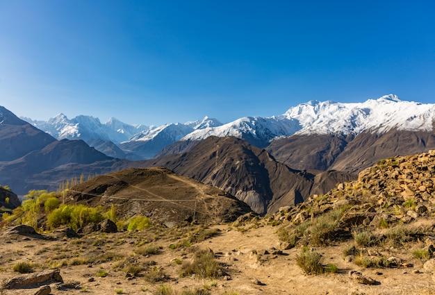Sceniczny widok hunza dolina w jesieni między karakoram pasmem górskim w pakistan