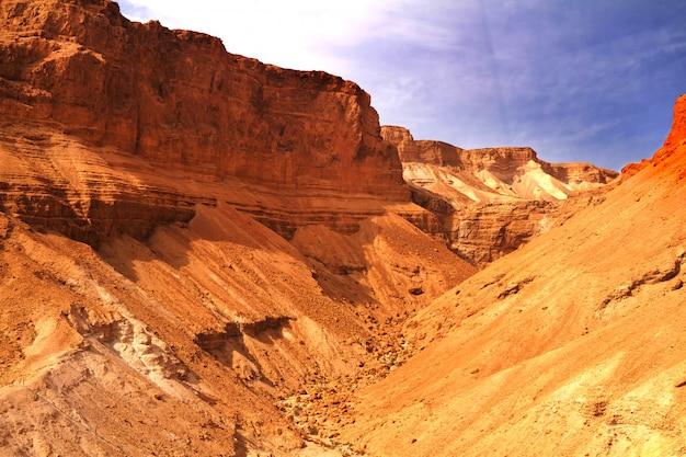 Sceniczny widok masada góra w judejskiej pustyni blisko nieżywego morza, izrael.