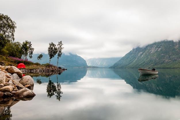 Sceniczny widok osamotniona łódź na idyllicznym jeziorze