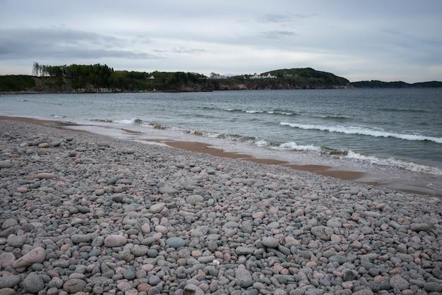 Sceniczny widok otoczaki na plaży, cabot ślad, przylądek bretońska wyspa, nowa scotia, kanada