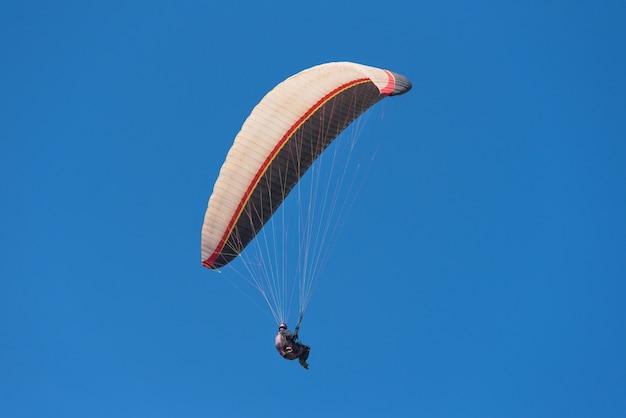 Sceniczny widok paraglider na słonecznym dniu.