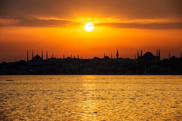 Sceniczny wschód słońca nad oceanem w istanbuł turcja