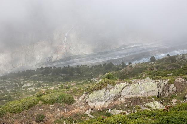 Sceny górskie, spacer po wielkim lodowcu aletsch, trasa aletsch panoramaweg w parku narodowym szwajcaria, europa. letni krajobraz, błękitne niebo i słoneczny dzień