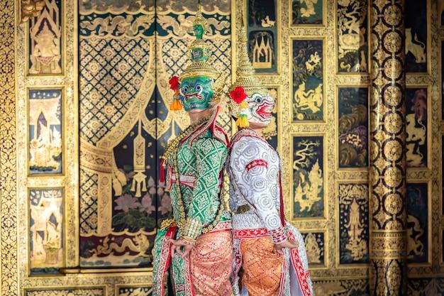 Sceny taneczne tajskich pantomimów, hanuman i tosakan, stoją naprzeciwko siebie. przed walką