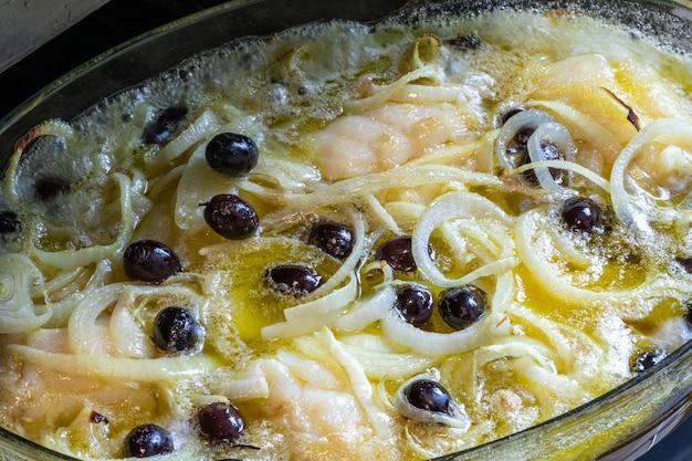 Schab z dorsza zapiekany w oliwie z ziemniakami, brokułami, gotowanym jajkiem i czarnymi oliwkami. typowe danie portugalii.
