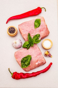 Schab z surowego mięsa wieprzowego ze świeżymi warzywami i suchą przyprawą