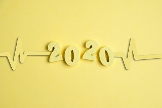 Schemat serca jest żółty obok cyfr tła 2020 roku
