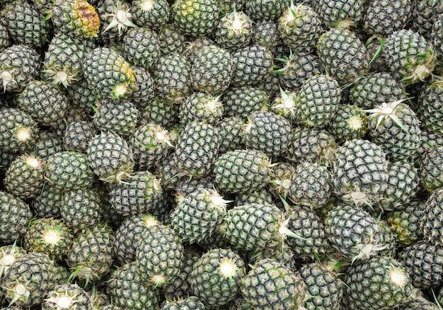 Schemat sprzedaży owoców ananasa na rynku.