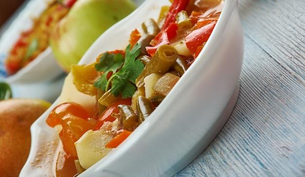 Schezwan warzywa, indyjska kuchnia chińska, azja chińska kuchnia, tradycyjne dania różne, widok z góry.