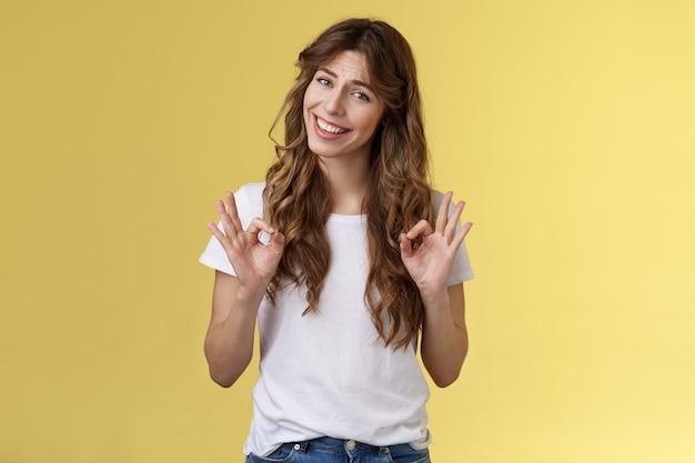 Schłodź wszystko w porządku pod kontrolą. dziewczyna pokazuje ok pierścionki gest uśmiechając się akceptując dobry wybór aprobując kiwnięcie głową oceniam daj osobistą opinię występ świetny, pociągająca twarz nie zły wyraz