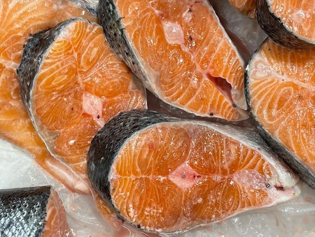 Schłodzone steki z łososia na prezentacja zbliżenie tło