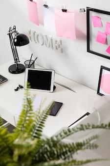 Schludne i uporządkowane miejsce do pracy z laptopem