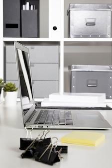Schludne miejsce do pracy z laptopem
