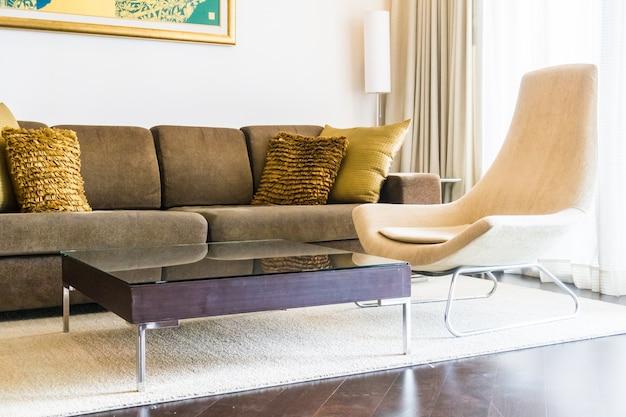 Schludny pokój dzienny z kanapy i drewnianym stole