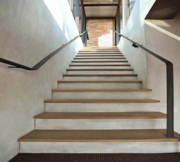 Schody drewniane w stylu loftu