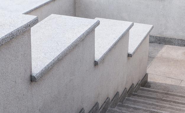 Schody miejskie wykonane z szarego kamienia i granitu element miejskiej architektury