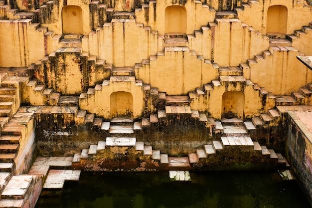 Schody panna meena ka kund stepwell w jaipur radżastan w indiach