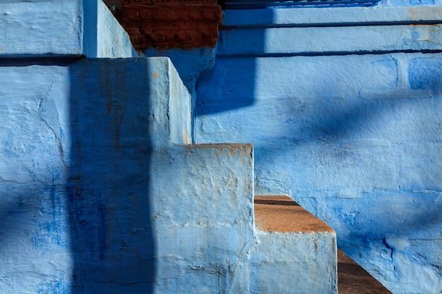 Schody pomalowanego na niebiesko domu w jodhpur, blue city wokół fortu mehrangarh. jodphur, radżastan