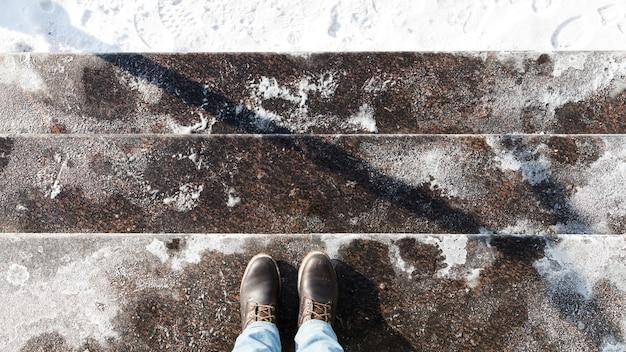 Schody posypane solą techniczną lub mieszankami solnymi
