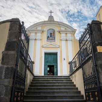 Schody prowadzące do przodu kościoła, campania, włochy