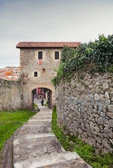 Schody prowadzące do starej dzielnicy laredo. hiszpania