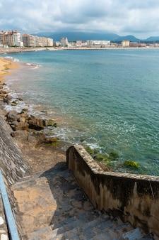 Schody schodzące na grande plage w saint jean de luz, wakacje na południu francji, francuski kraj basków