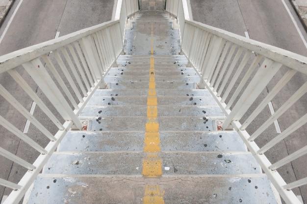 Schody schodzące z wiaduktu