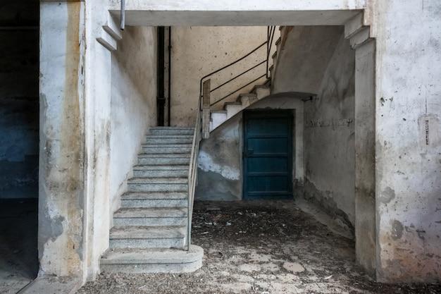 Schody starego opuszczonego budynku