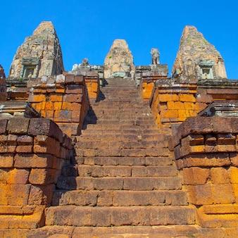 Schody starożytnej świątyni pre rup, angkor wat, kambodża