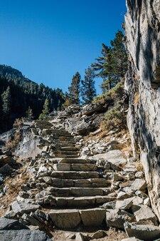 Schody w górę w górach
