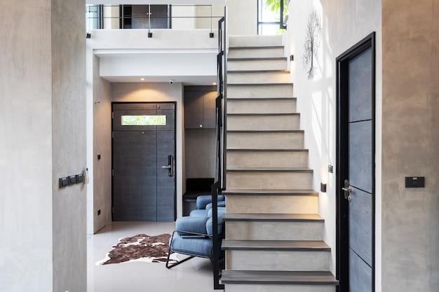 Schody w przestronnej willi na poddaszu i mieszkaniu