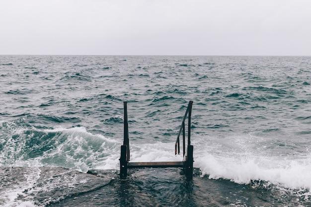 Schody w wodzie morskiej