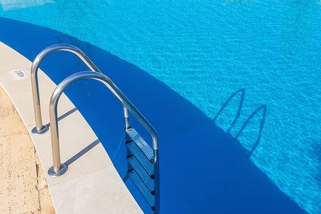 Schody wejściowe w basenie. poręcze z metalu.