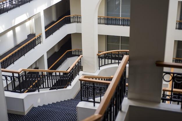 Schody wewnątrz wielokondygnacyjnego budynku.