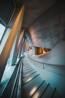 Schody wewnętrzne muzeum mercedes-benz welt w stuttgarcie, niemcy