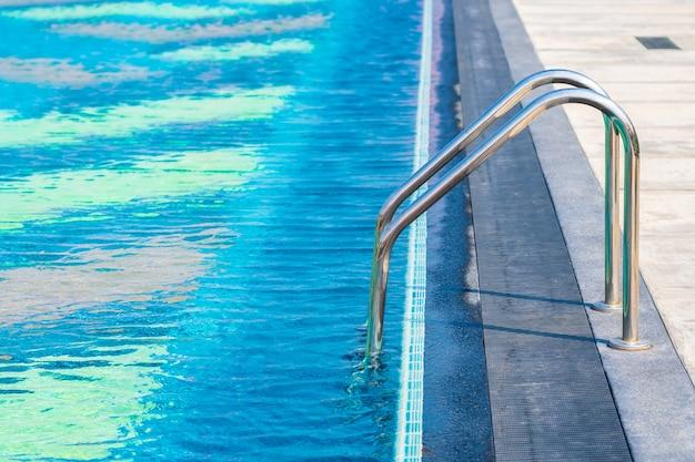 Schody wokół odkrytego basenu w hotelowym kurorcie