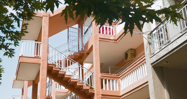 Schody zewnętrzne między poziomami wielopiętrowego domu