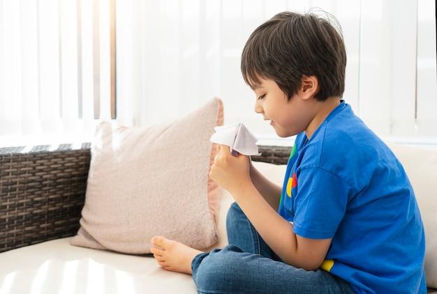 Schoolkid bawi się papierową wróżką