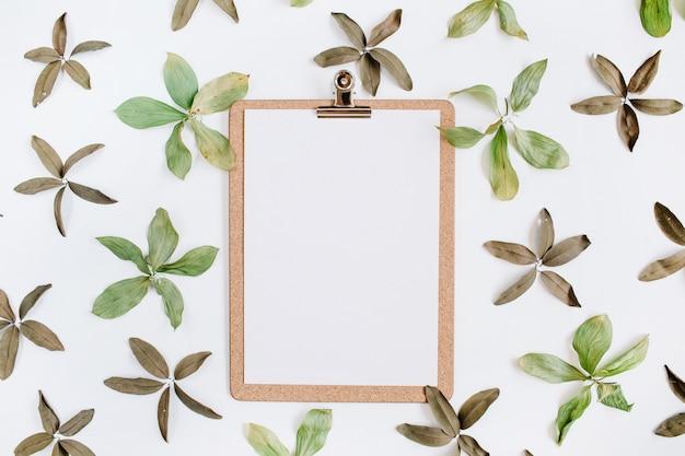Schowek i kwiatowy wzór z zielonymi liśćmi