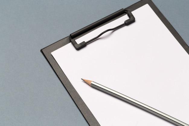 Schowek na notatki z ołówkiem i czystymi kartkami papieru