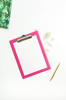Schowek z czystym papierem, notatnikiem i ołówkiem na białym tle. widok z góry na płasko.