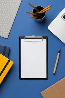 Schowek z listą rzeczy do zrobienia w widoku z góry biurka
