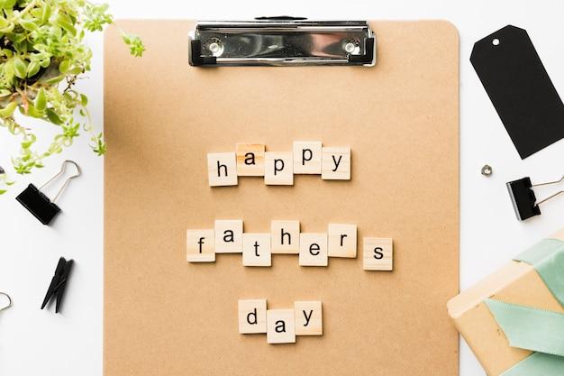 Schowek z szczęśliwą ojca dnia wiadomością na stole