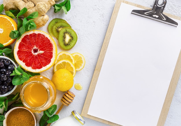 Schowek ze zdrowymi produktami dla wzmocnienia odporności lub diety widok z góry. warzywa i owoce w celu wzmocnienia układu odpornościowego