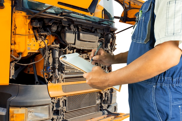 Schowka gospodarstwa auto mechanik kontroli silnika ciężarówki.