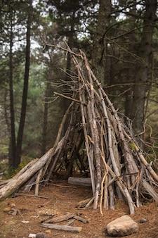 Schronienie wykonane z gałęzi w naturze