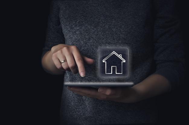 Schronisko dla bezdomnych i nieruchomości. życie rodzinne i biznes koncepcja nieruchomości. online
