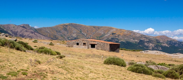 Schronisko górskie el pozo de la nieve, położone w tiemblo, avila. trasa przez dolinę iruelas w castilla y leon w hiszpanii.