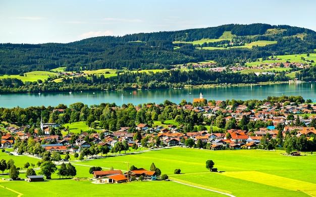 Schwangau z jeziorem forggensee widziane z zamku neuschwanstein w bawarii w niemczech