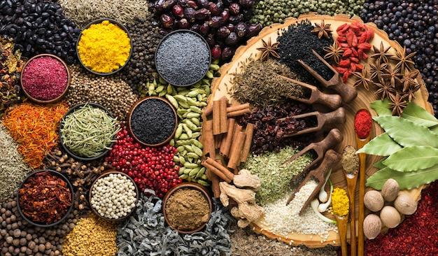 Ściana aromatycznych ziół i przypraw. przyprawa jako składnik pysznych potraw.